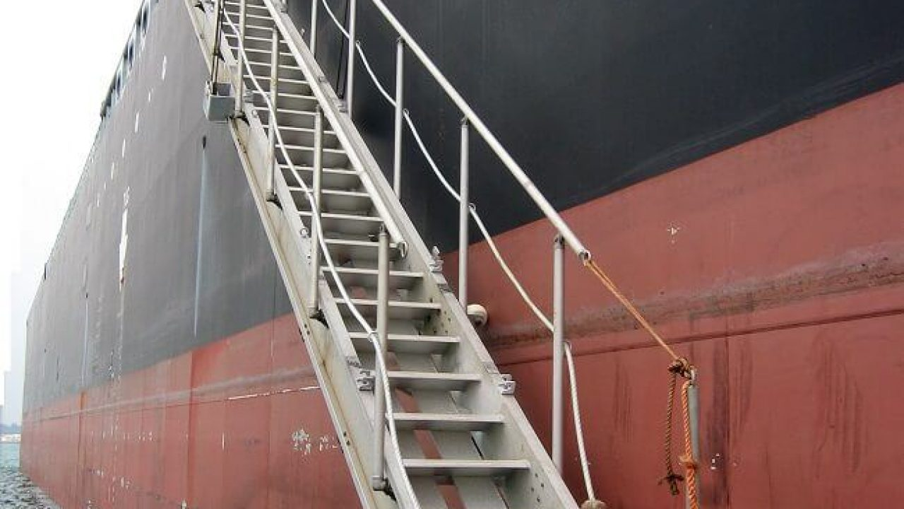 Fatal accident of a crew struck by a portable gangway